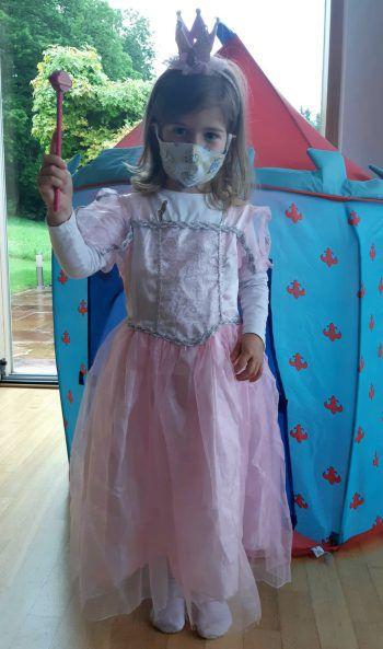 """<p class=""""caption"""">Auch diese kleine Prinzessin trägt Maske.</p>"""