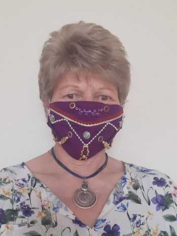 """<p class=""""caption"""">Auch Maria Luzia hält sich an die Masken-Pflicht.</p>"""