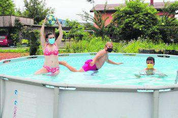 Auch mit Maske kann man im Pool viel Spaß haben: Ein cooles Foto von Jochen.