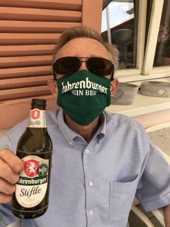 "<p class=""caption"">Bei Hermann passt die Maske zum Getränk.</p>"