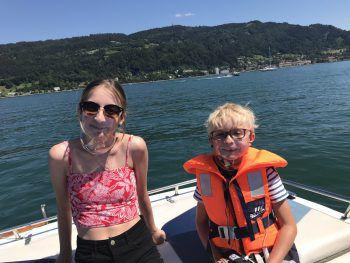 """<p class=""""caption"""">Beim Bootsausflug einen Gesichtsschutz tragen: Ein Foto von Patrick.</p>"""
