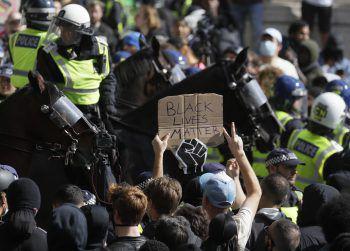 Berittene Bereitschaftspolizei musste linke und rechte Demonstranten trennen. Foto: AP