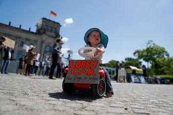 <p>Berlin. Kritisch: Stiller Protest gegen die Rettungs-Pläne für die Automobilindustrie der deutschen Regierung. Fotos: APA,AP, Reuters, DPA, AFP</p>