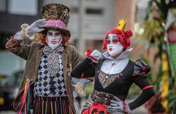 <p>Bogota. Witzig: Der Hutmacher und die Herzkönigin – beides Figuren aus Alice im Wunderland – unterhalten Menschen auf der Straße.</p>