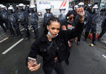 """<p>Brüssel. Protest: Dieses Bild wurde gestern veröffentlicht und zeigt eine """"Black Lives Matter""""- Demonstrantin in der belgischen Hauptstadt. Die hauptsächlich friedlichen Proteste fanden in den vergangenen Tagen weltweit statt.</p>"""