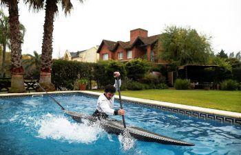 <p>Buenos Aires. Erfinderisch: Kanufahrer Sebastian Rossi hat sich während der Corona-Krise den Pool seiner Freundin zu Nutze gemacht und bereitet sich so auf den nächsten Wettkampf vor.</p>