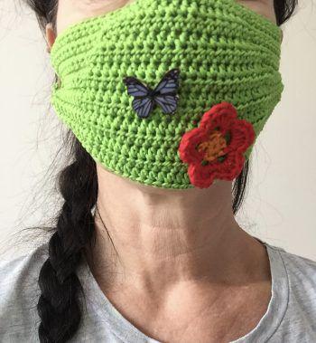 """<p class=""""caption"""">Christa hat sich eine außergewöhnliche Maske gehäkelt.</p>"""