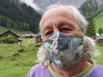 """<p class=""""caption"""">Cornelius trägt auch bei einem Spaziergang in der Natur eine Maske.</p>"""