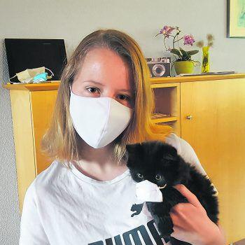 """<p class=""""caption"""">Da trägt auch die Katze Maske: Ein Foto von Jasmin.</p>"""