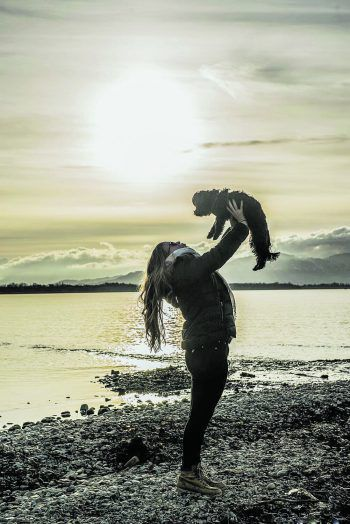 "<p class=""caption"">Darinka mit ihrer Shira am Bodensee.</p>"