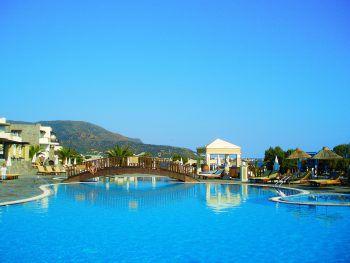 Das beliebte Hotel Alexander Beach in Malia besticht durch die einmalige Lage am Strand.