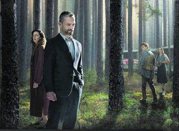 Das Grab im Wald – Staffel 1Serie, Krimi. Beweise auf der Leiche eines Mordopfers geben einem Staatsanwalt Hoffnung, dass seine Schwester, die vor 25 Jahren verschwand, noch am Leben ist. Zu sehen ab Freitag.