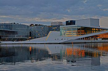"""<p class=""""caption"""">Das Opern-Gebäude in Oslo in der Abenddämmerung.</p>"""