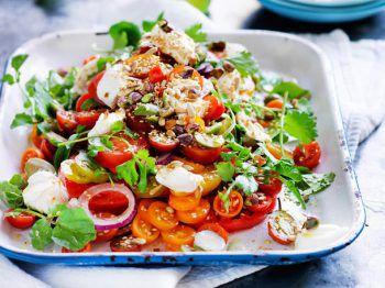 """<p class=""""caption"""">Der Küchenchef im Tannenhof serviert einen Tomaten-Mozzarella-Salat mit grünem Salat und Oliven, sowie Balsamico-Dressing. Dazu gibt's frisches Wurzelbrot.</p>"""