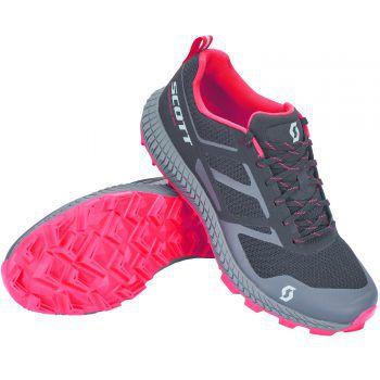"""<p class=""""caption"""">Der Scott Trailrunning-Schuh ist atmungsaktiv und angenehm durch sein Mesh-Obermaterial. Die dynamische Passform und ausgezeichnete Traktion dank der All-Terrain-Traction-Sohle sorgen für Spaß und Sicherheit auf anspruchsvollen Bergtrails. Preis: 129,99 Euro.</p>"""