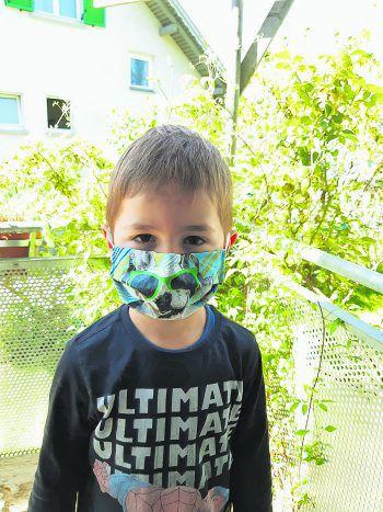 """<p class=""""caption"""">Der Sohn von Sabine hat eine coole Hunde-Maske.</p>"""