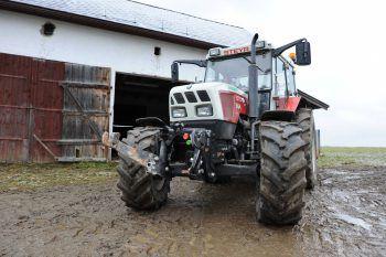 Der Traktor rollte über den Fuß des Bauern, er wurde unbestimmten Grades verletzt. Symbolfoto: APA