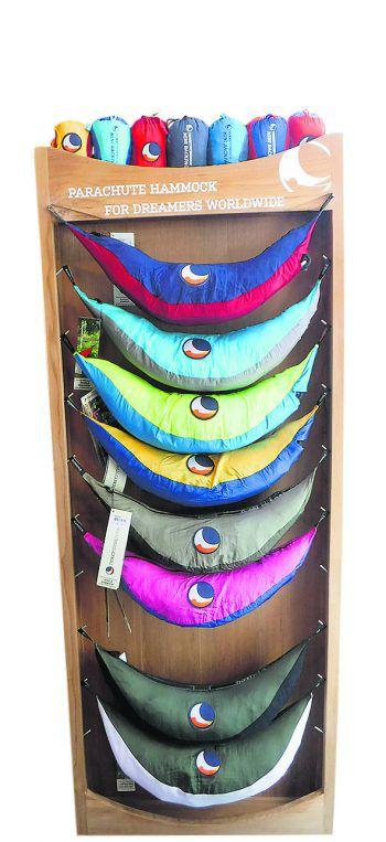 """<p class=""""caption"""">Die Produkte von """"TicketToTheMoon"""" sind robust, extrem langlebig und haben ein umfangreiches Zubehör. Ob Reisehängematten, Rucksäcke oder Market-Bags: Der Weltladen bietet eine große Auswahl an Produkten der Marke.Preis Riesenhängematte: 45 Euro.</p>"""
