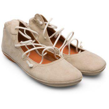 """<p class=""""caption"""">Die Right Damen-Ballerinas von """"Camper"""" bieten die Flexibilität eines Slippers und den langlebigen Schutz einer Gummilaufsohle für hohen Tragekomfort im Alltag. Gesehen bei: Shu:z. Preis: 140 Euro.</p>"""