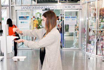 """<p class=""""caption"""">Die Vorarlberger Krankenhäuser setzen auf strenge Hygiene-Richtlinien, um eine weitere Ausbreitung von Sars-CoV-2 zu verhindern. Foto: KHBG</p>"""