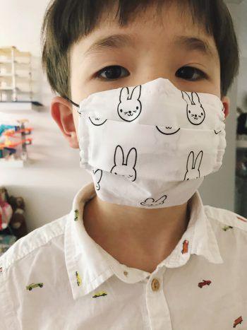 """<p class=""""caption"""">Dieser Junge trägt eine zuckersüße Hasen-Maske.</p>"""