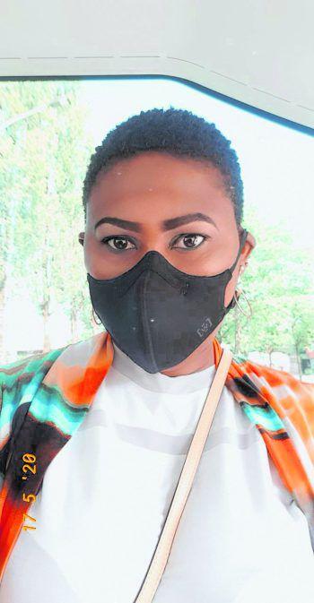 """<p class=""""caption"""">Ebiye setzt auf eine schlichte Maske.</p>"""