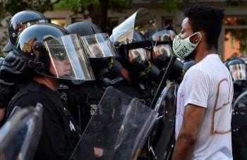 """<p class=""""caption"""">Ein friedlicher Demonstrant """"Auge in Auge"""" vor dem Weißen Haus in Washington.</p>"""