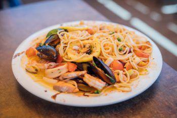 """<p class=""""caption"""">Ein Genuss-Menü in der Pizzeria Ristorante Bäumle: Die Nudeln mit Meeresfrüchten schmecken besonders lecker. Das sollte man mal probiert haben!</p>"""