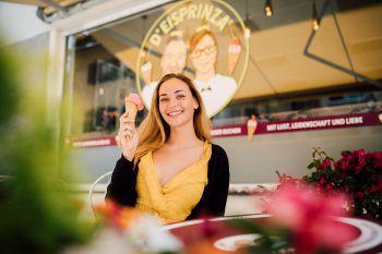 """Ein leckeres Eis bekommt Emily in Bludenz bei """"d'Eisprinza"""", aber auch für den großen und kleinen Hunger hat die Alpenstadt einiges zu bieten.Fotos: Sams; handout/Tschofen, Fohren Center, Löwen, Pizzeria Antonio"""