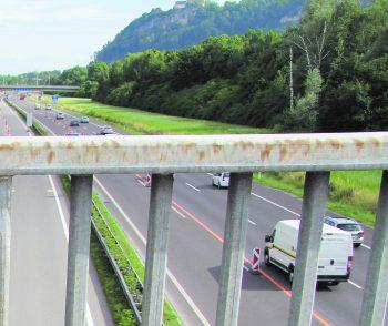 Der Bursche stürzte über dieses Brückengeländer auf die Autobahn.Foto: Russmedia