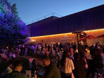 Der Außenbereich des Kaschmir Club•Bar lädt zum feiern und Beisammensein ein.