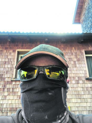 """<p class=""""caption"""">Frank hat sich mit Maske und Sonnenbrille gut getarnt.</p>"""