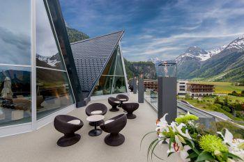 """<p class=""""caption"""">Frische Bergluft, Traum-Panorama und viel Platz gibt es auf der großzügigen Terrasse.</p>"""