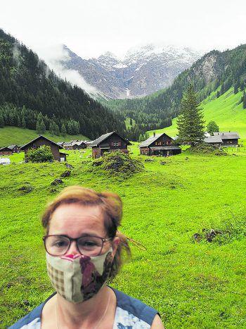 """<p class=""""caption"""">Gislinde trägt auch bei einer Wanderung in den Vorarlberger Bergen eine Maske.</p>"""