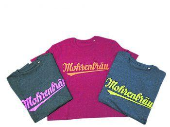 """<p class=""""caption"""">Grell und bunt geht es mit den Neon Mohren Nostalgie Shirts in den Sommer. Pink auf Grün, Orange auf Rot und Gelb auf Blau – ein echter Hingucker. Preis: 27,90 Euro. Foto: handout/Mohrenbräu</p>"""