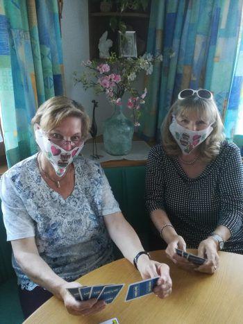 """<p class=""""caption"""">Hannelore und ihre Freundin tragen auch beim """"Jassa"""" ihre lässigen Masken.</p>"""