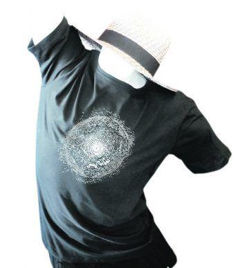 """<p class=""""caption"""">Herren T-Shirt in ausgewählter Bio-Qualität für Damen , Herren sowie Kinder. Herren T-Shirt Preis: 29,90 Euro. Gesehen im Weltladen.</p>"""