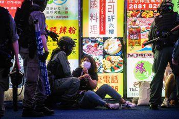 <p>Hong Kong. Festgenommen: Polizisten verhaften eine Frau während einer Demonstration für Demokratie.</p>