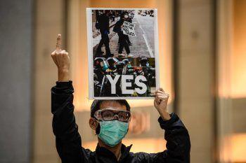 <p>Hongkong. Widerstand: Ein Jahr nach Beginn der Demonstrationen in Hongkong hat die Protestbewegung zum weiteren Widerstand gegen die Regierung und den Einfluss der kommunistischen Pekinger Führung aufgerufen – vor allem gegen das umstrittene Gesetz zum Schutz der nationalen Sicherheit, das China lancieren will.</p>
