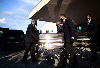 """Houston. Abschied: Am Montag nahmen Tausende in der texanischen Stadt Houston Abschied von George Floyd. Trauernde trugen T-Shirts mit dem Abbild Floyds oder seinen letzten Worten """"I can't breathe"""" (""""Ich kann nicht atmen"""") und warteten stundenlang in der Schlange, um dem Leichnam Floyds, aufgebahrt in einem goldfarbenen Sarg, die letzte Ehre zu erweisen. Foto: APA, AP, Reuters"""
