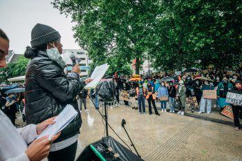 """<p class=""""caption"""">Hunderte Menschen nahmen an der """"Black Lives Matter""""-Kundgebung im vergangenen Sommer am Bregenzer Kornmarkt teil. Um die Bewegung ist es in den vergangenen Monaten wieder still geworden.Fotos: Sams, Russmedia, handout/privat; Screenshot: blackvoices.at</p>"""