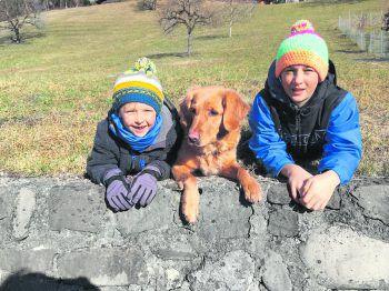 """<p class=""""caption"""">Jonas, Emma und David lieben Spaziergänge und Wanderungen und sind ein tolles Team!</p>"""