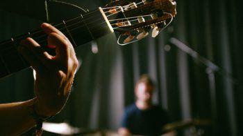"""<p class=""""caption"""">Junge Bands und Soloacts aus Vorarlberg haben bei """"Sound@V"""" die Möglichkeit, sich auf der großen Bühne zu zeigen und die eigenen Songs zu präsentieren. Fotos: handout/ORF Vorarlberg</p>"""