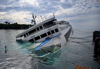 <p>Karangasem. Gesunken: Diese Fähre krachte beim Anlegen auf Bali gegen das Dock. Passagiere und Crew blieben unverletzt.</p>