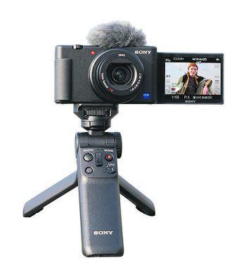 """<p class=""""caption"""">Klein, kompakt und einfach zu bedienen. Mit der ZV-1 von Sony kann man sich ganz auf die Inhalte des Videos konzentrieren, während die Kamera das Motiv stets im Fokus behält, präzise erfasst und Aufnahmen aus der Hand ruhig und sicher stabilisiert. Die ZV-1 ist bis zum 31. Juli als Einführungsset mit Bluetooth-Handgriff erhältlich! Aktionsset mit Bluetooth-Handgriff statt 999 Euro 899 Euro. Erhältlich bei Foto Winder. Fotos: handout/Winder</p>"""