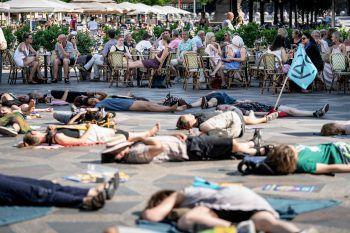 <p>Kopenhagen. Dagegen: Demonstranten legen sich für den Klimaschutz auf die Straße.</p>