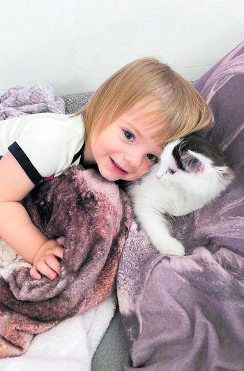 Lejla mit der Katze Luna.