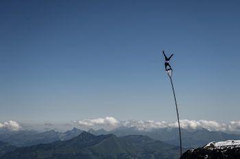 """Les Diablerets (Die Teufelshörner). Spektakulär: Der Schweizer """"Extrem-Artist"""" Ramon Kathriner mit einem Stunt bei der """"Glacier 3000 Air Show"""". Foto: APA, AP, Reuters"""