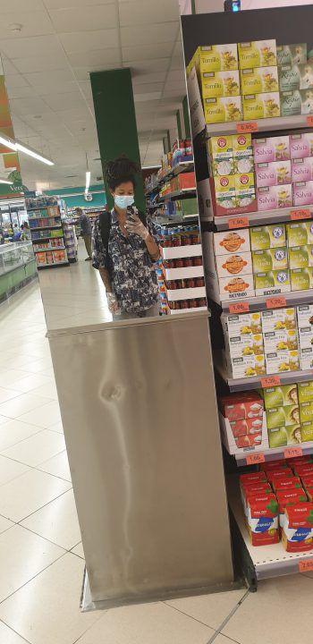 """<p class=""""caption"""">Linda beim Einkauf in einem spanischen Supermarkt.</p>"""