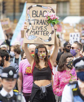 """London. Solidarisch: Gestern demonstrierten zahlreiche Menschen unter dem Motto """"Black Trans Lives Matter"""". Fotos: AFP, APA, AP, Reuters, dpa"""